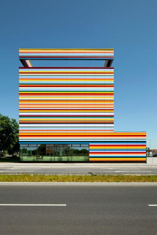 ตึก อาคาร สีสันสวยงาม ทันสมัย