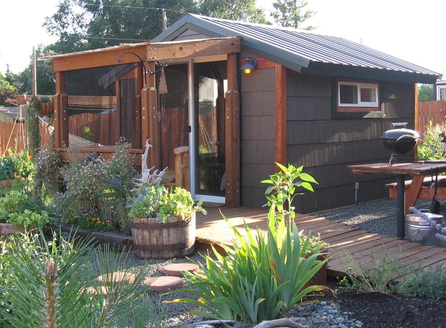 บรรยากาศบ้านไม้ชั้่นเดียว บ้านหลังเล็ก ผนังสีดำ