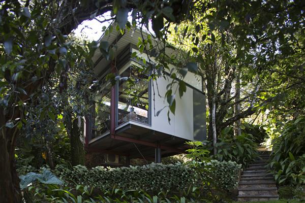 บ้านยกพื้นหลังเล็ก ในสวนธรรมชาติ