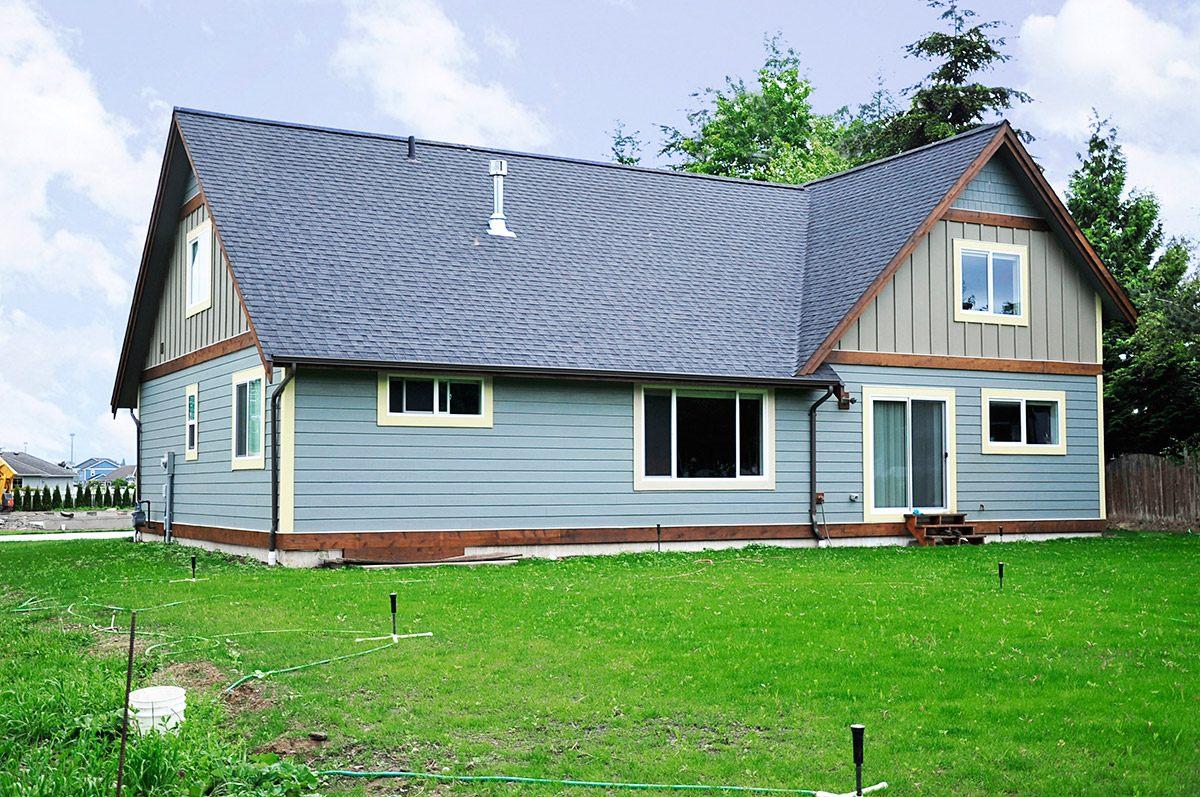 แบบบ้านชั้นครึ่ง โทนสีฟ้า มีสนามหญ้าหน้าบ้าน หลังบ้าน