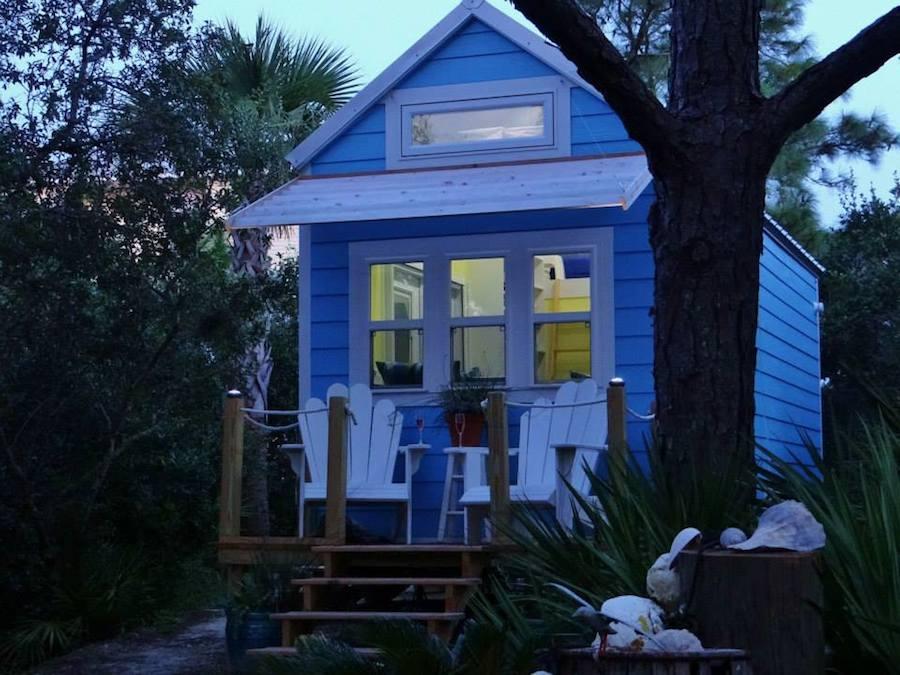 บ้านไม้หลังเล็ก ยกพื้น ผนังทาสีฟ้า