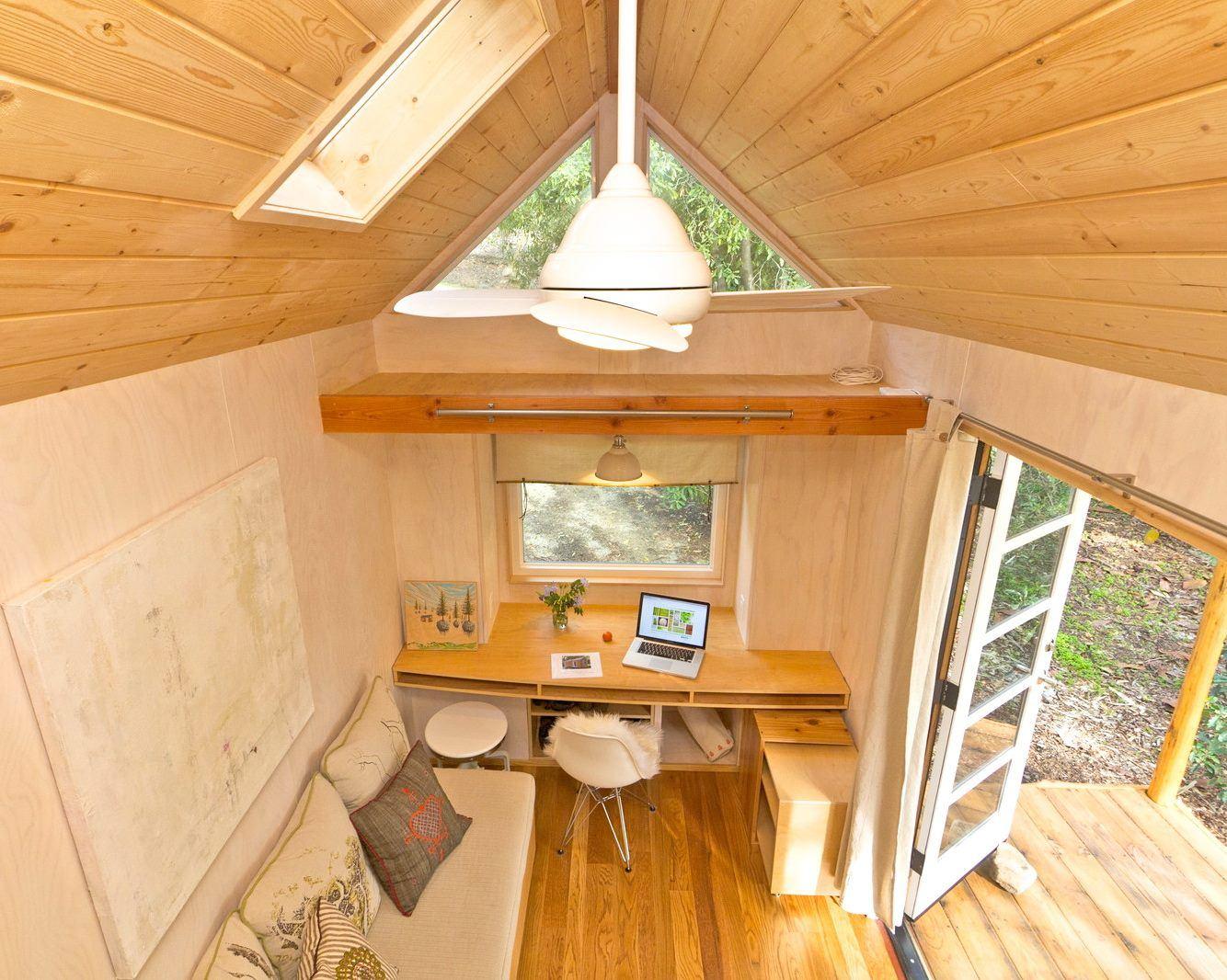 บ้านไม้หลังเล็ก มีระเบียงหน้าบ้าน ติดล้อเคลื่อนที่ได้