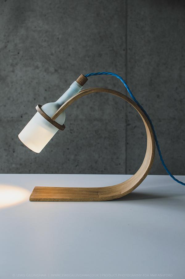 โคมไฟตั้งโต๊ะ ทำจากไม้โอ๊ค ดีไซน์เก๋ไก๋