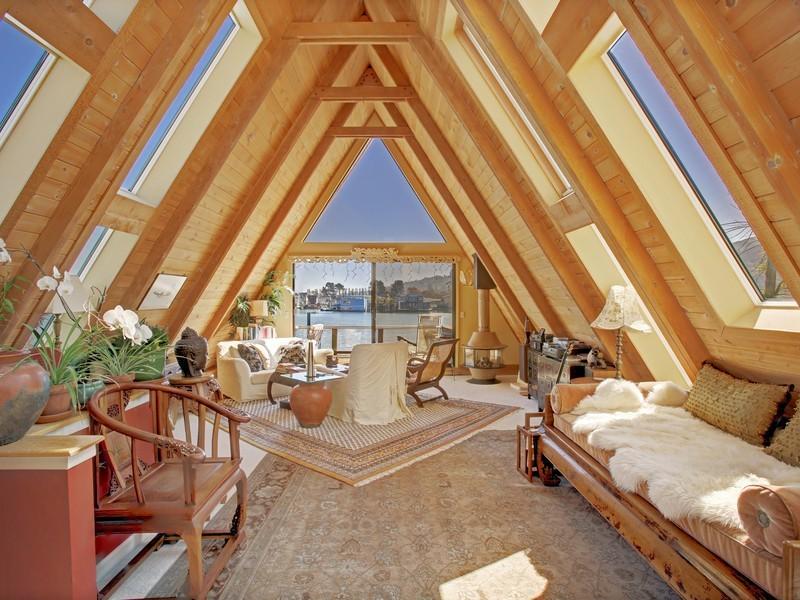 บ้านไม้หรู ทรงสามเหลี่ยม ตกแต่งภายในด้วยเฟอร์นิเจอร์ไม้