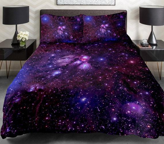 ไอเดียตกแต่งเตียงนอนด้วย ชุดผ้าปูที่นอนลายกาแลคซี 3D
