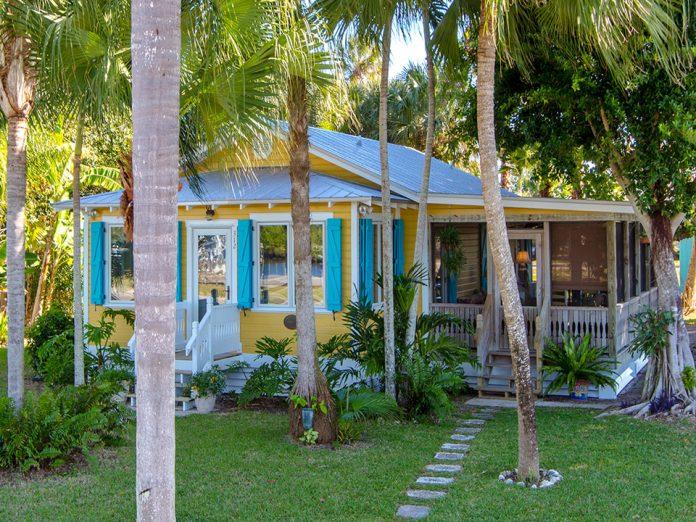 แบบบ้านชาวเล บ้านไม้ ผนังบ้านสีเหลือง