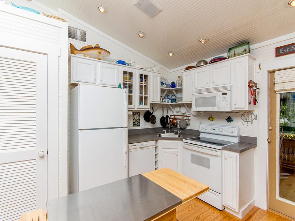 ห้องครัว บ้านชาวเล ตกแต่งโทนสีขาว
