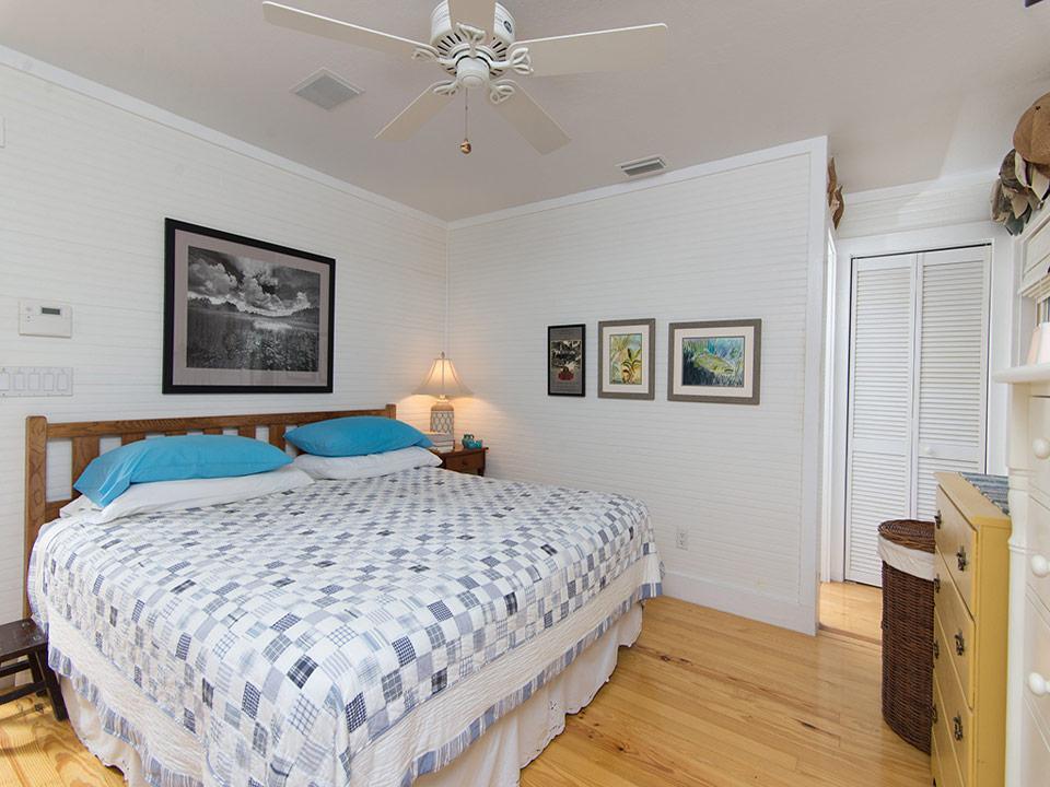 ห้องนอนโทนสีขาว บ้านชาวเล