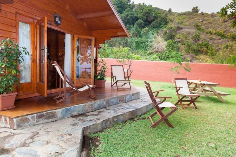 แบบบ้านไม้หลังเล็ก ตกแต่งเรียบง่าย มีสนามหญ้ารอบบ้าน