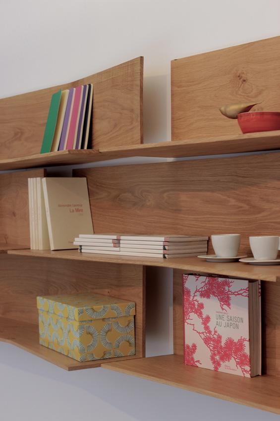 แบบชั้นวางหนังสือ หรือชั้นวางของตกแต่งบ้าน เป็นชั้นไม้ติดผนัง