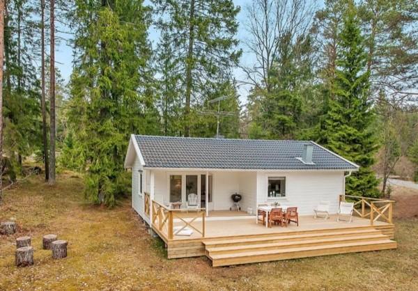 แบบบ้านไม้ หลังเล็ก มีระเบียงหน้าบ้าน