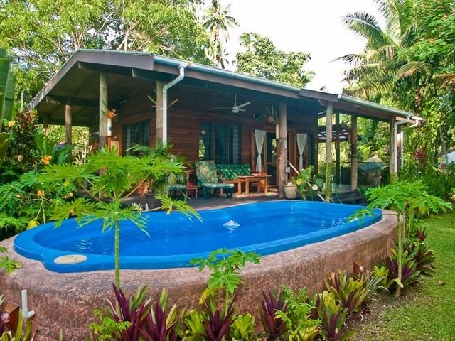 บ้านไม้หลังเล็ก บ้านชั้นเดียว มีสระน้ำหน้าบ้าน