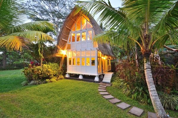 บ้านกระท่อมไม้ สไตล์คอทเทจ 2 ชั้นในโทนสีขาว หลังคามุงหญ้า