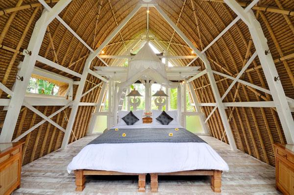 ห้องนอนใต้หลังคา บ้านกระท่อมไม้