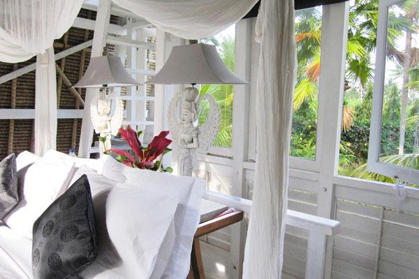 หน้าต่างห้องนอน บ้านกระท่อมไม้