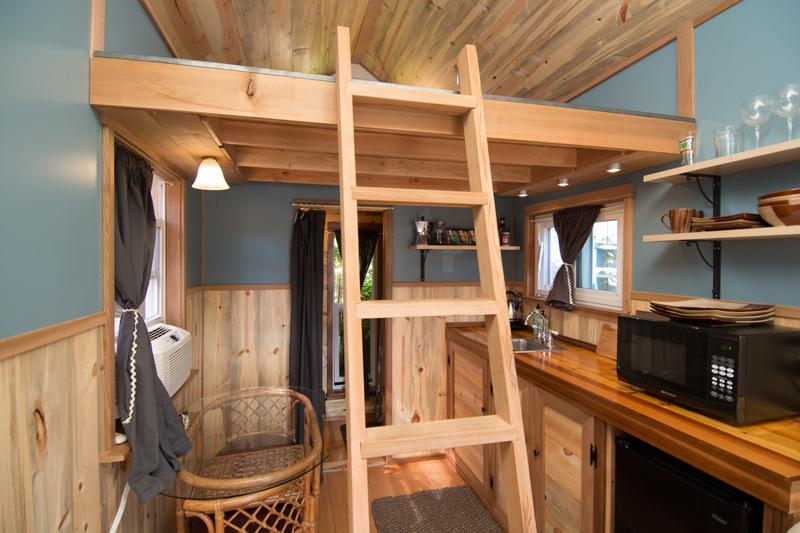 ห้องนอนใต้หลังคา บ้านไม้หลังเล็ก