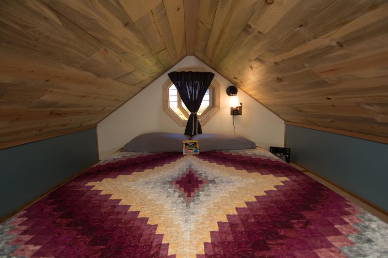 ห้องนอนใต้หลังคา บ้านไม้