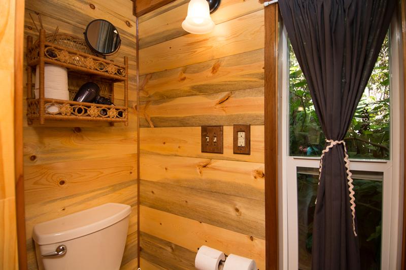 ห้องน้ำเล็กๆ บ้านไม้หลังเล็ก
