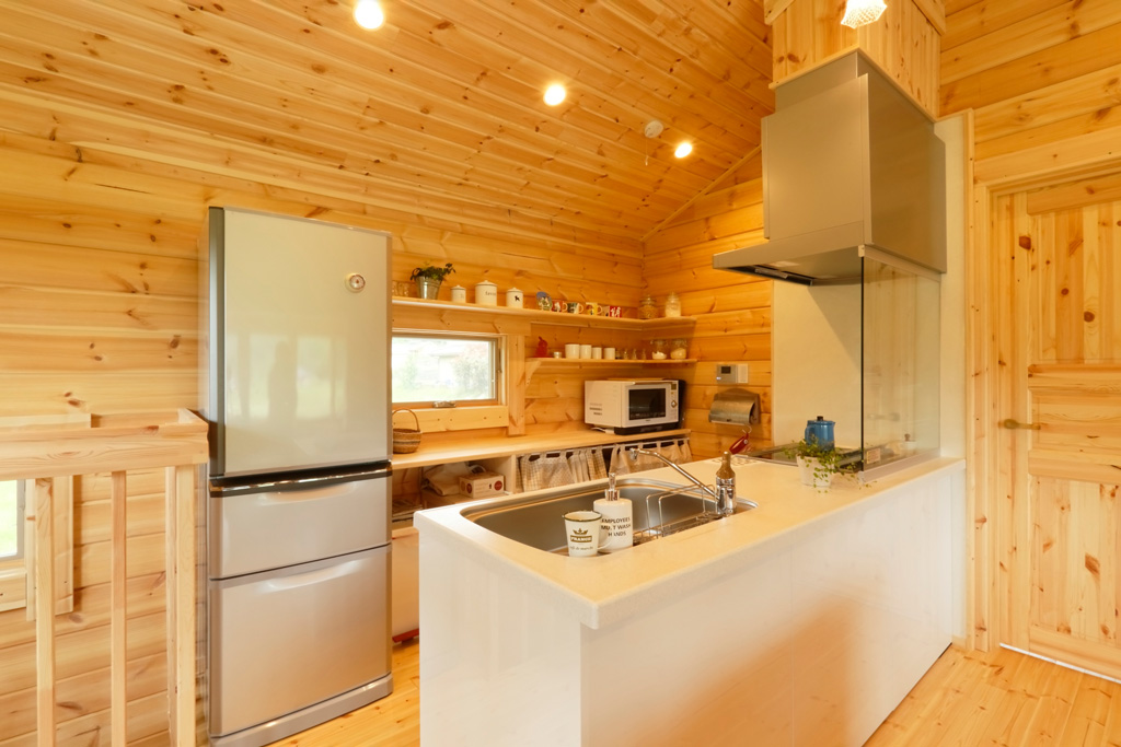 แบบบ้านไม้ 2 ชั้น ทาสีฟ้า บรรยากาศดีโปร่งโล่งสบาย
