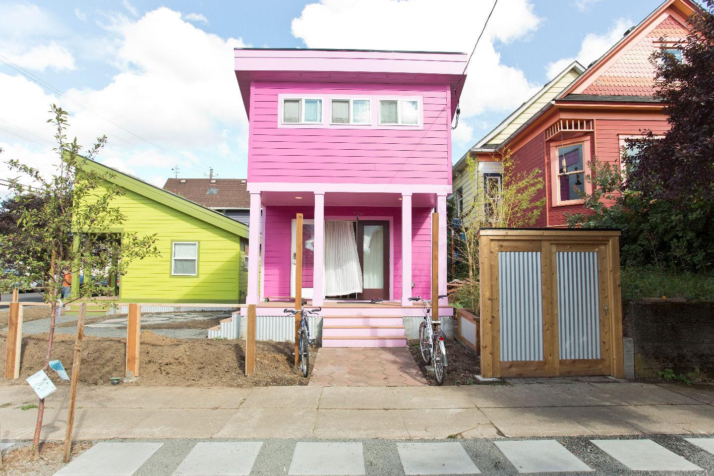แบบบ้านไม้ชั้นครึ่ง สไตล์โมเดิร์น สีเขียว สีชมพู