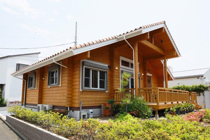 แบบบ้านไม้ หลังคาสูง ระเบียงหน้าบ้านกว้าง
