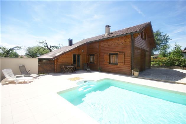 แบบบ้านไม้2ชั้น มีสนามหญ้าหน้าบ้าน พร้อมสระว่ายน้ำ