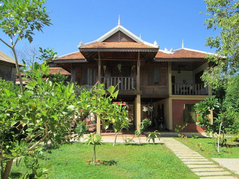 บ้านยกพื้นสูง มีศิลปะ สวยงาม แบบบ้านโบราณดั้งเดิม