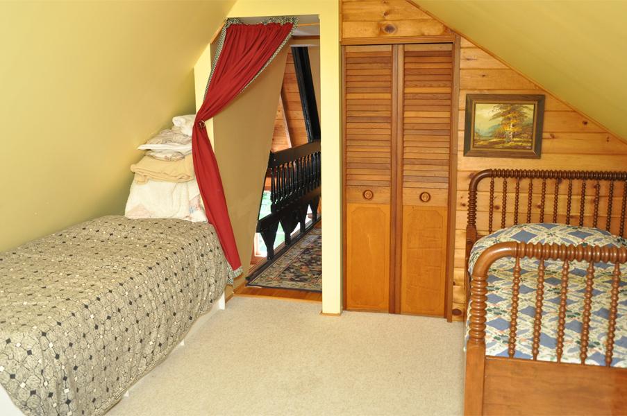 ห้องนอนใต้หลังคา บ้านไม้ สไตล์คอทเทจ