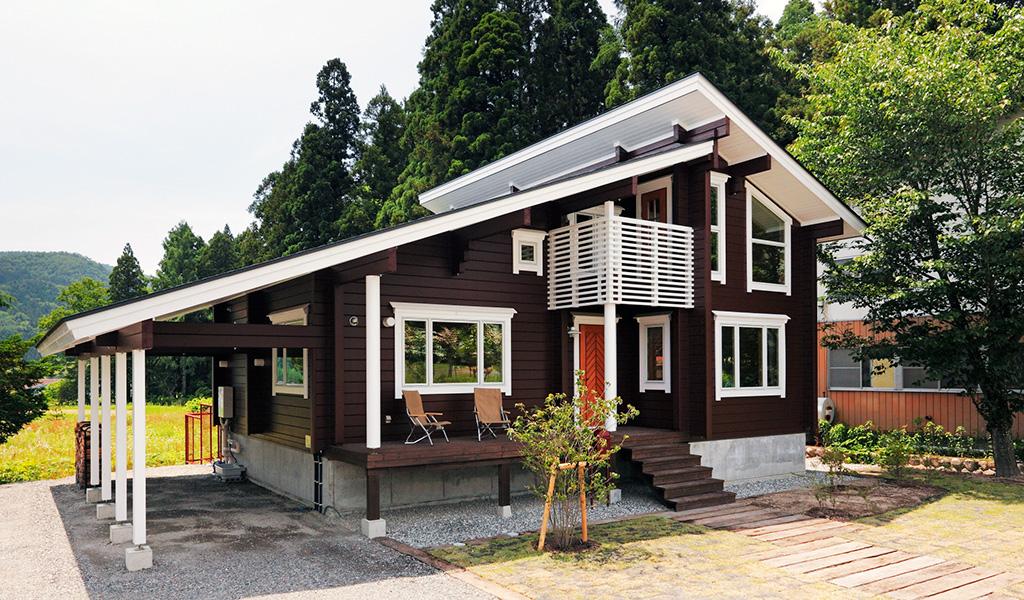 แบบบ้านไม้ญี่ปุ่นชั้นครึ่ง มีระเบียงนั่งเล่น โทนสีน้ำตาลเข้ม