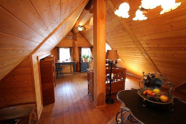 บ้านไม้ชั้นครึ่ง (Log Cabin) ผนังไม้ซุงท่อนใหญ่