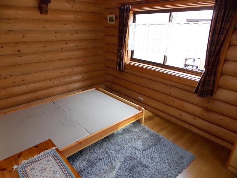 บ้านไม้ญี่ปุ่นหลังเล็ก ทำห้องใต้หลังคา มีระเบียงสวยๆ