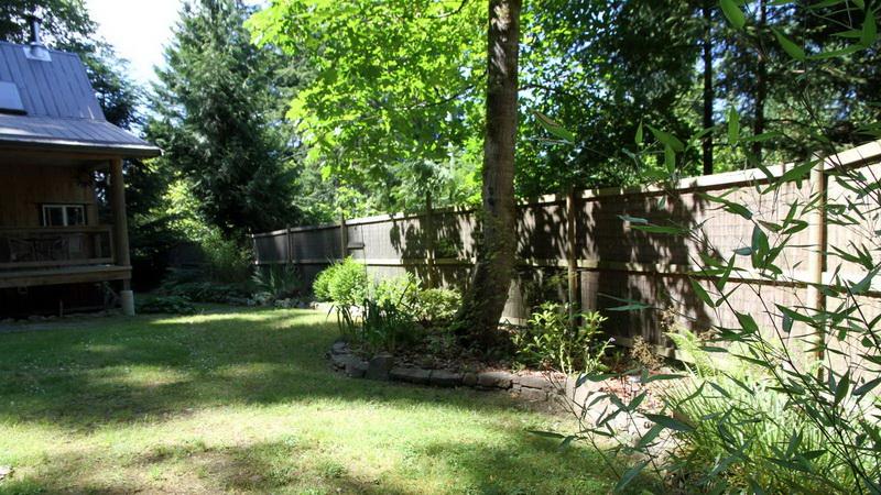 บ้านไม้ยกพื้น สไตล์คอทเทจ มีระเบียงหน้าบ้านพร้อมบันได