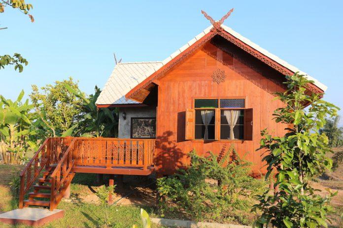 บ้านไม้ยกพื้นหลังเล็ก ทรงไทยประยุกต์ มีระเบียงชมสวน