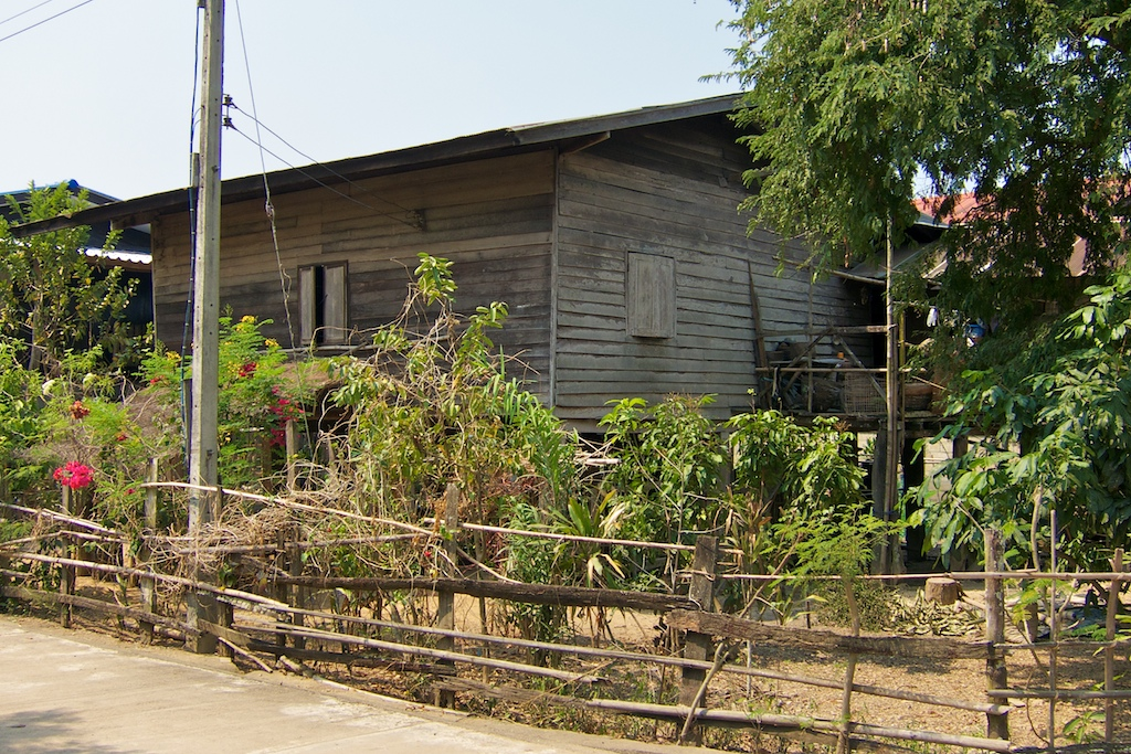 บ้านไม้เก่ายกพื้นแบบไทยๆ ตามวิถีชีวิตดั้งเดิมคนโบราณ