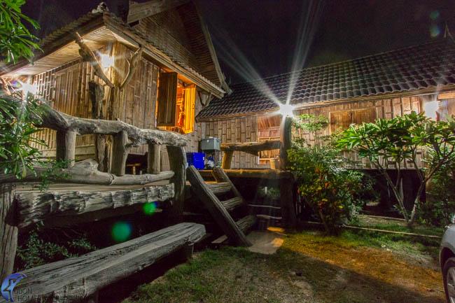บ้านไม้ยกพื้น เสน่ห์ไม้เก่า สไตล์กระท่อมไทยอีสาน
