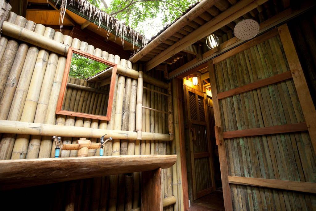 บ้านต้นไม้ รีสอร์ท หลังคามุงจาก มีชานไม้ระเบียงไม้ล้อมรอบ