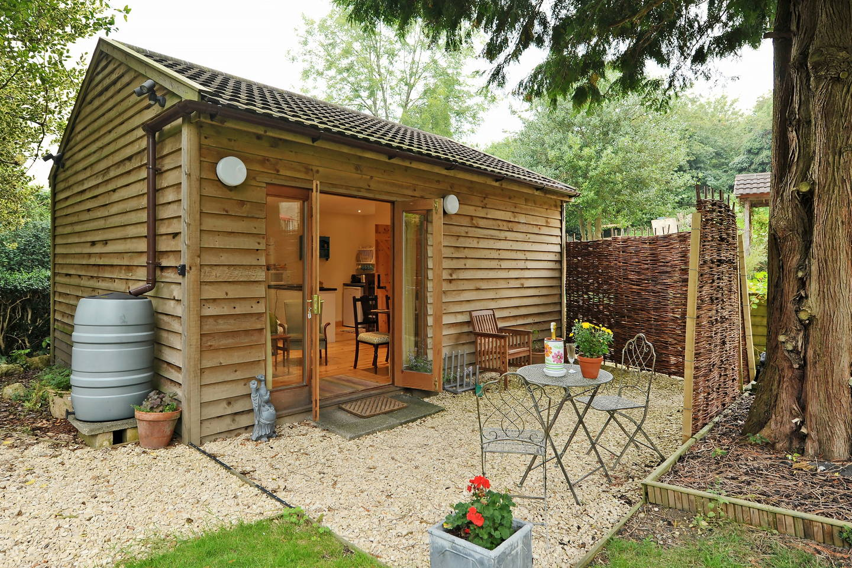 บ้านหลังเล็กน่ารัก อยู่ในสวน ภายในเป็นห้องสตูดิโอสบายๆ