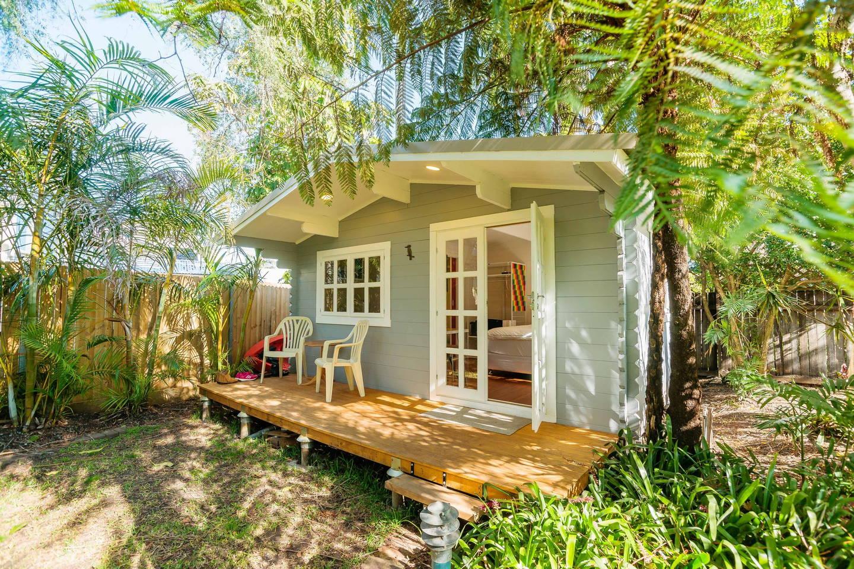 บ้านไม้ยกพื้นหลังเล็ก สไตล์คอทเทจ มีชานไม้หน้าบ้าน