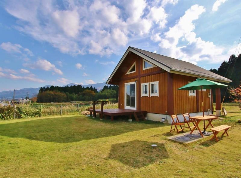 บ้านไม้ญี่ปุ่น หลังคาหน้าจั่ว มีชานไม้ระเบียงไม้หน้าบ้าน