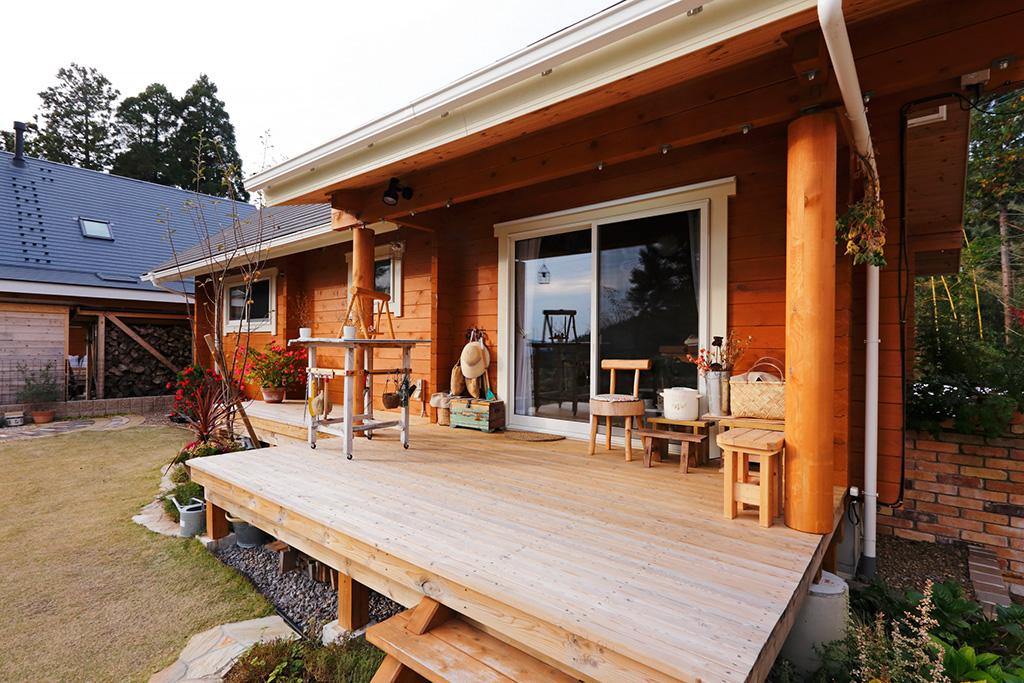 บ้านไม้ญี่ปุ่น ผนังไม้สีน้ำตาล มีเฉลียงหน้าบ้านและหลังบ้าน