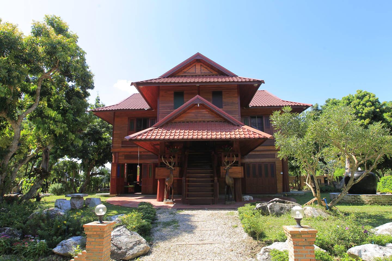 บ้านไม้สักไทย ตกแต่งหรูหรา มีสวนต้นไม้รอบบ้าน