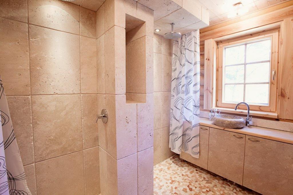 บ้านไม้หรูหรา อบอุ่น ใช้ไม้ซุงท่อนกลมใหญ่เป็นผนังทั้งบ้าน
