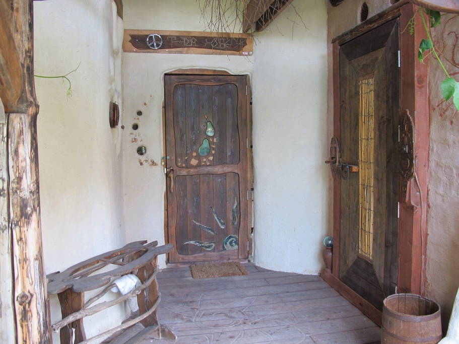 บ้านดิน ไอเดียสร้างบ้านเพื่อชีวิตที่เรียบง่าย ปลูกพืชผักกินเอง