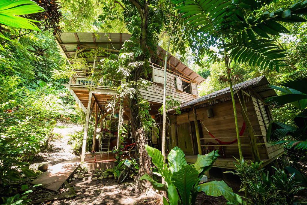 บ้านไม้เก่า 2 ชั้น หลังคามุงสังกะสี บรรยากาศร่มรื่นร่มเย็น