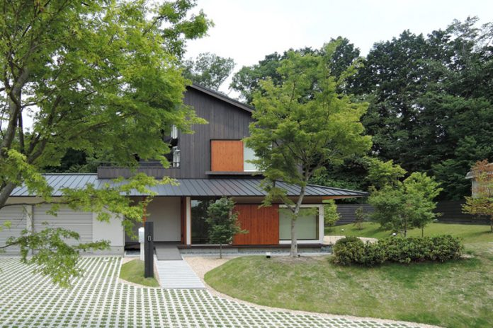 บ้านไม้สไตล์โมเดิร์นร่วมสมัย 2 ชั้น (Modern Contemporary House) สวนหน้าบ้านโปร่งโล่ง