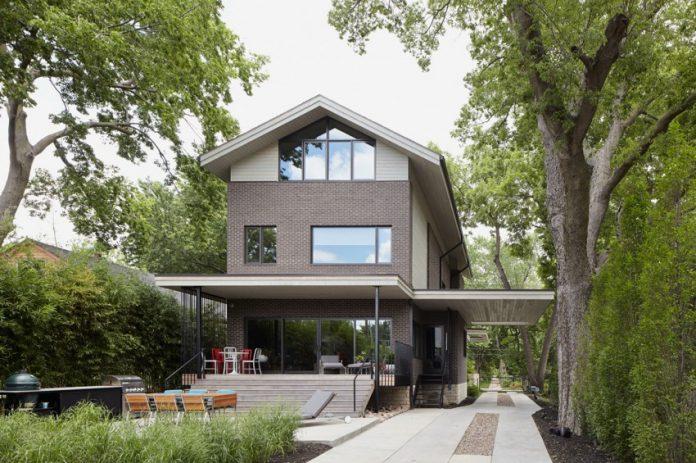 แบบบ้านโมเดิร์นร่วมสมัย 2 ชั้นครึ่ง โอบล้อมด้วยต้นไม้ใหญ่