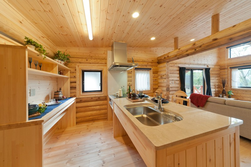 บ้านไม้ซุง Log House & Log Cabin มีระเบียงหน้าบ้าน