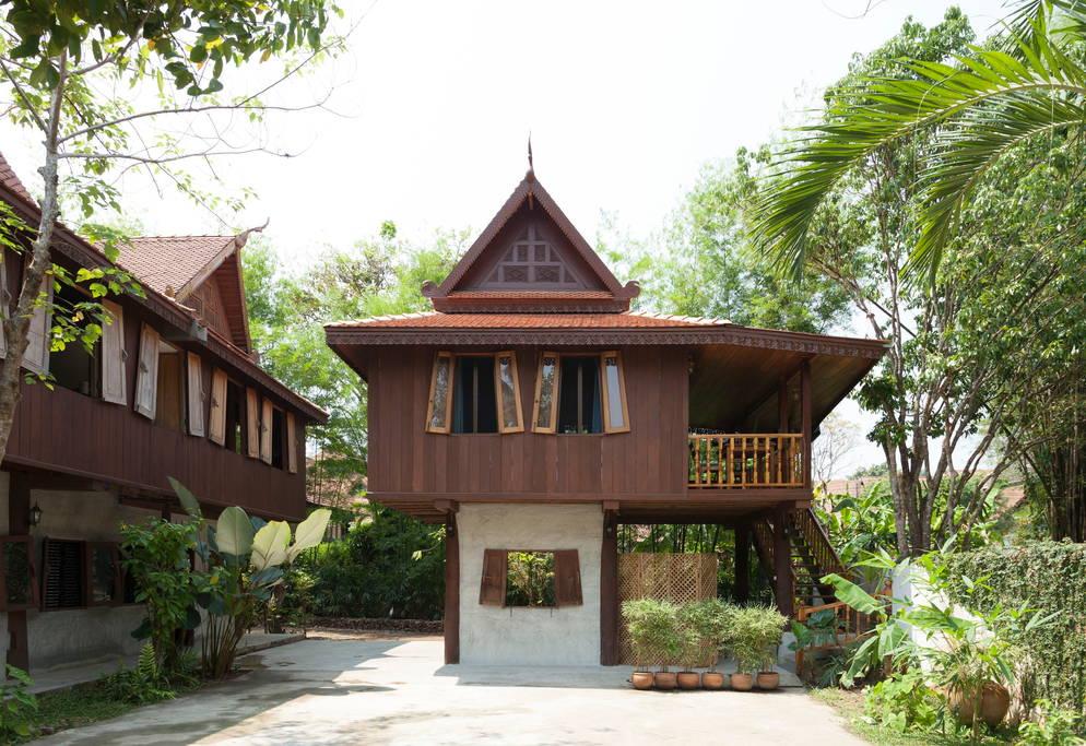 บ้านไม้สักไทย ยกพื้นสูง ในบรรยากาศสวนสไตล์ทรอปิคอล