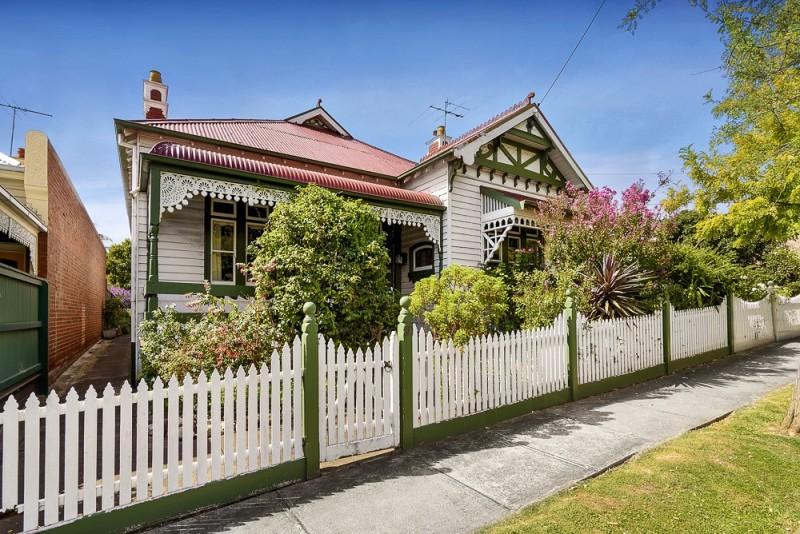บ้านสีขาว สไตล์โคโลเนียล มีรั้วเล็กๆ พร้อมสวนหน้าบ้าน