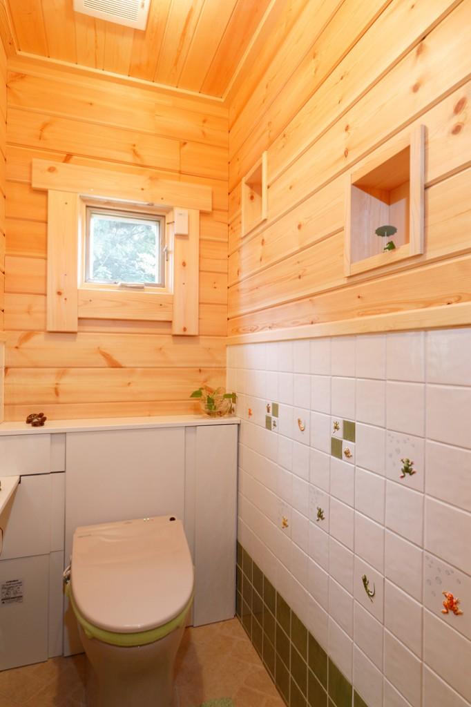 บ้านไม้ขนาดเล็ก มีห้องใต้หลังคา ตกแต่งภายในแบบห้องสตูดิโอ